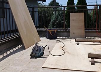 木材を敷き詰めて下地を作ります