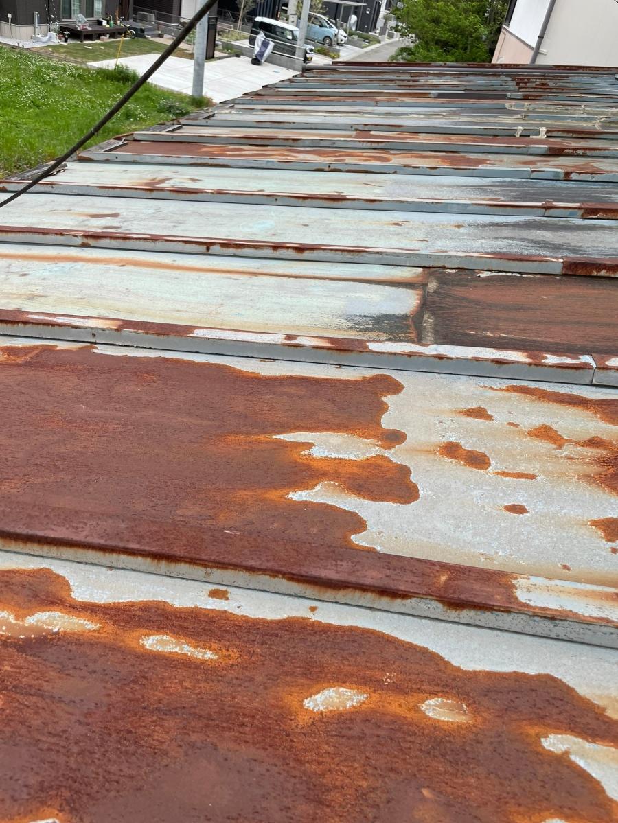 錆びた瓦棒下屋根