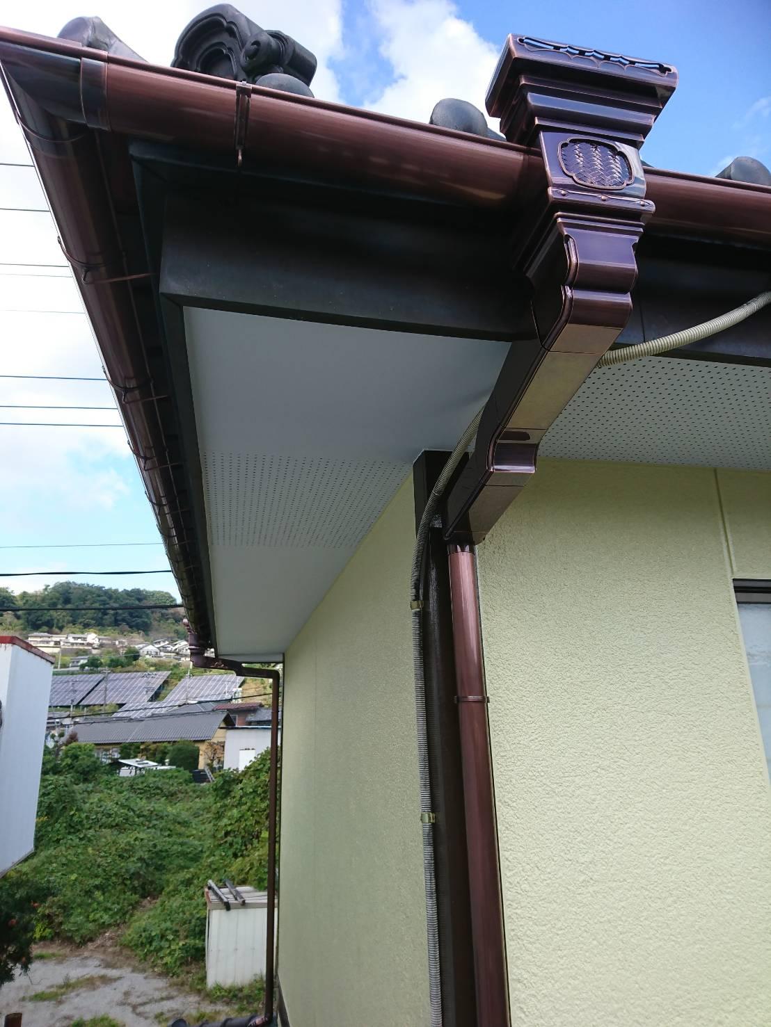 松伏町で軒天塗装・外壁塗装が終わり、雨樋《いぶし雨樋》の交換工事と屋根瓦の漆喰詰め直しを致しました!