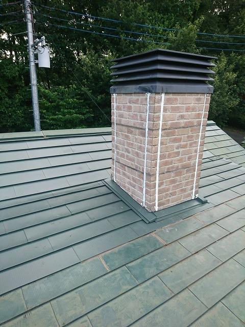 草加市で煙突部分から雨漏りしていた屋根を屋根カバー工法で屋根補修工事をしました