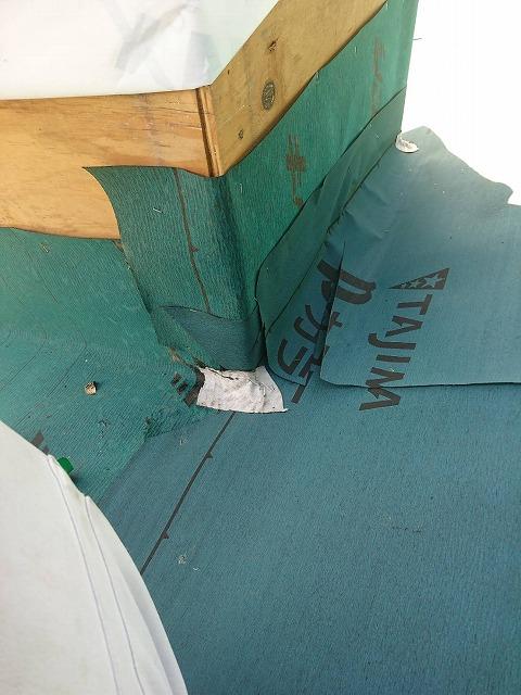 草加市で煙突部分から原因不明の雨漏りしていた屋根をカバー工法で施工しました