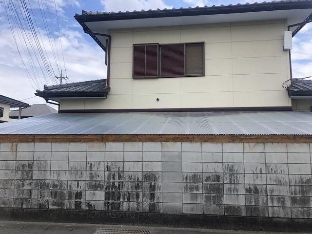 越谷市で雪の重みで壊れてしまった倉庫の屋根を火災保険を使って波板で葺き直し工事を行いました