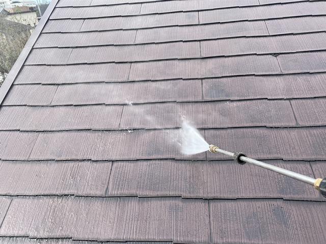 三郷市で屋根の色落ちで塗り替え工事依頼をいただきました!家の外装全体を丸ごと高圧洗浄機で清掃してから、屋根塗装です!!