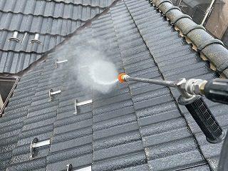 越谷市でトップライトの雨漏りを直したので屋根外壁塗装まえの高圧洗浄を行いました