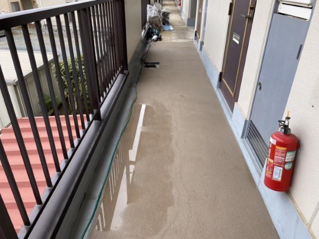 川口市でマンションの共用廊下の長尺防水シートのタキロンを施工しました