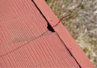 スレートが欠けた屋根のアップ